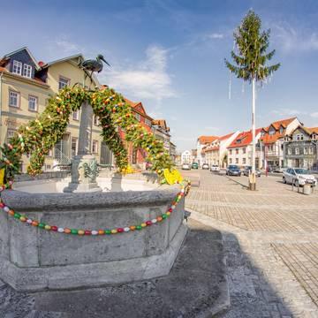 Storchenbrunnen mit Osterschmuck