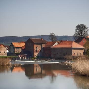 Blick auf Sallmannshausen mit Wehranlage