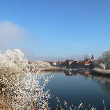 Winterlicher Blick auf Sallmannshausen mit Wehr