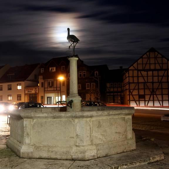 Storchenbrunnen mit Vollmond bei Nacht