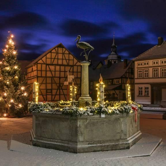 Weihnachtlicher Storchenbrunnen